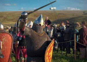 Участник фестиваля, изображающий воина