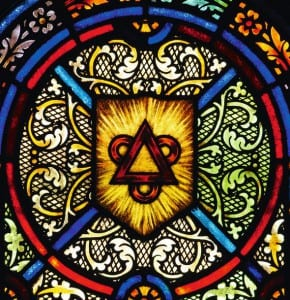 Витраж, символизирующий Святую Троицу