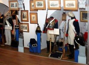 Военные мундиры русских и французских солдат и офицеров в экспозиции выставки