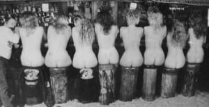 Обнаженные девушки за барной стойкой