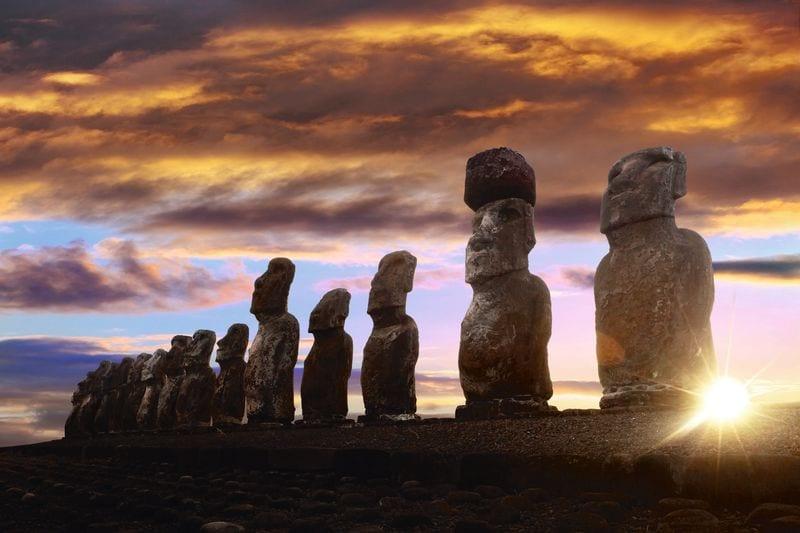 Ряд каменных исполинов