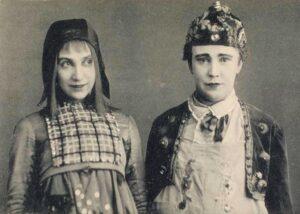 """Алиса Коонен (Митиль) и Софья Халютина (Тильтиль) в спектакле МХТ """"Синяя птица"""". 1908 год."""
