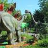 Аллозавр и тирекс гуляют по аллеям