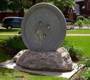 Памятник пуговице в Туркменистане