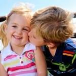Целующиеся дети