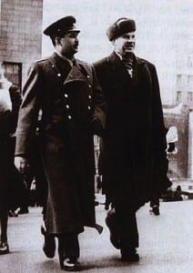 Пеньковский со своим приятелем в офицерской форме.
