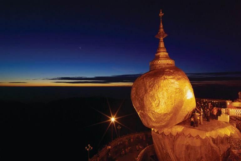 Валун Золотая Скала – одна из святынь Бирмы