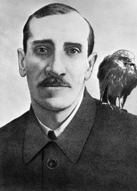 Александр Грин с любимым ястребом Гулем, 1929 год